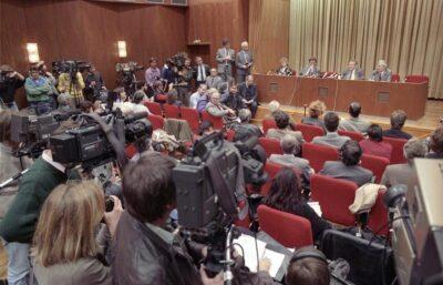 Pressekonferenz am 9. November 1989, Von Bundesarchiv, Bild 183-1989-1109-030 / Lehmann, Thomas / CC-BY-SA 3.0, CC BY-SA 3.0 de, https://commons.wikimedia.org/w/index.php?curid=5424805