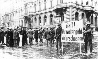 ADN-ZB/Archiv Konterrevolutionärer Kapp-Putsch vom 13. - 17.3.1920 in Berlin Die etwa 5.000 Mann starke Marinebrigade II unter dem Befehl von Kapitän Hermann Ehrhardt marschiert, aus Döberitz kommend, in den frühen Morgenstunden des 13. März in Berlin ein. Die Brigade bildet die Militärische Stoßkraft des von Wolfgang Kapp und General Walther von Lüttwitz geführten Putsches. Truppen der Putschisten riegeln das besetzte Regierungsviertel ab, hier Posten am Wilhelmplatz.