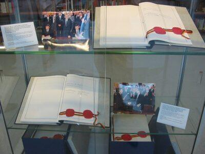 Beide Exemplare des Einigungsvertrages vereinigt im Archiv des Auswärtigen Amtes in Berlin
