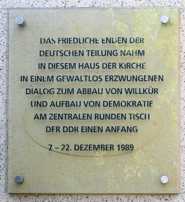 07.12.1989: Besuch Stasi-Zentrale durch Journalisten und Bürgerrechtler. Runder Tisch tritt zusammen.