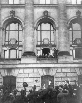 09.11.1918: Scheidemann und Liebknecht rufen jeweils Republik aus.
