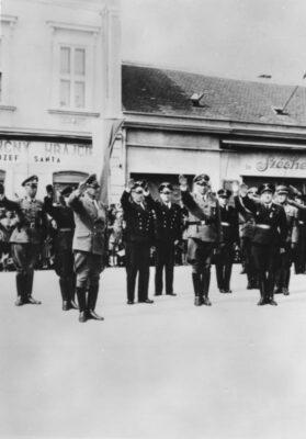 Ministerialrat Dr. Hans Globke 1941 in Bratislava. Vorn links: Reichsinnenminister Dr. Frick, vorn rechts: Staatssekretär Dr. Stuckart, zwischen beiden dahinter Dr. H.Globke.