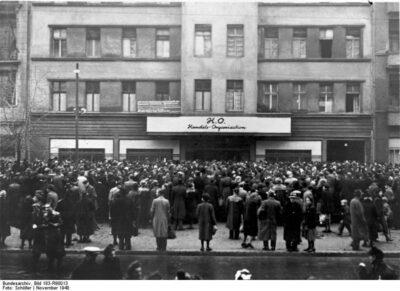 ADN-ZB-Illus-Schöller Publikumsandrang am Eröffnungstage des ersten Kaufhauses der HO in der Frankfurter Allee in Berlin im November 1948. 4452-49