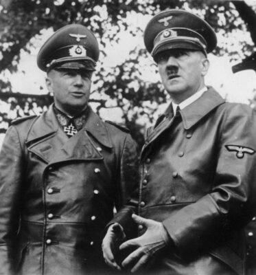 Der F¸hrer und der Oberbefehlshaber des Heeres Wieder j‰hrt sich der Tag, an dem durch den k¸hnen Entschlufl des F¸hrers eine der h‰rtesten und dr¸ckendsten Fesseln von Versailles abgestreift wurde und Deutschland sich seine Wehrfreiheit wiedernahm. UBz: Adolf Hitler, den Obersten Befehlshaber der Wehrmacht und Generaloberst von Brauchitsch, den Oberbefehlshaber des Heeres. Scherl Bilderdienst  15.3.40 [Berichter Mensing]